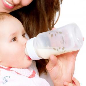 Maman donne biberon bébé Seinbiose